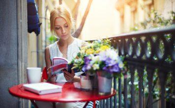 Ratgeber Balkon gestalten - Roter Tisch