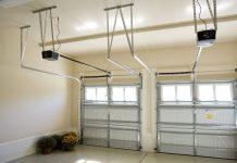 Zwei Garagentorantriebe in einer Doppeltor Garage (Konstantin L/Shutterstock.com)