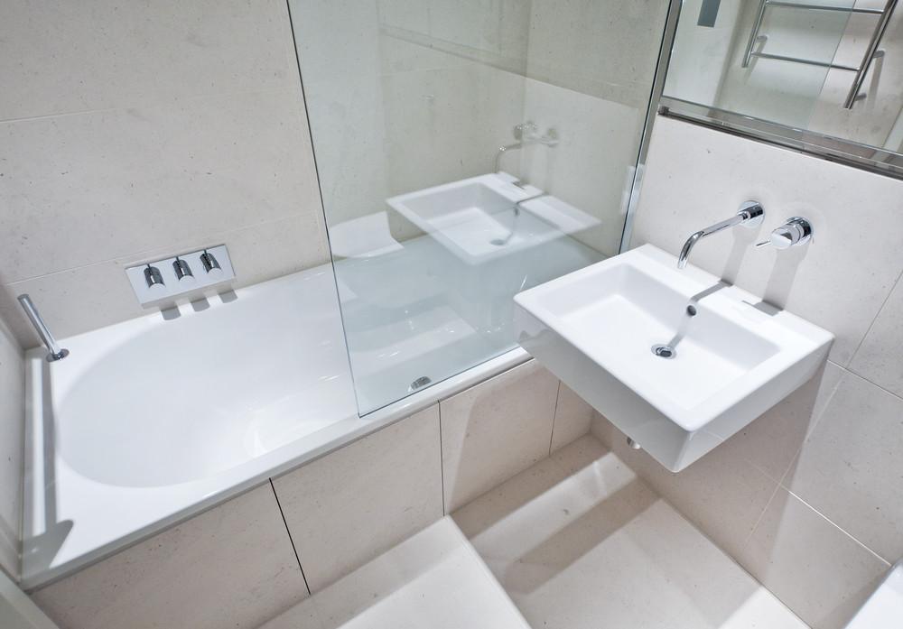 ratgeber duschwand f r die badewanne ratgeber haus garten. Black Bedroom Furniture Sets. Home Design Ideas
