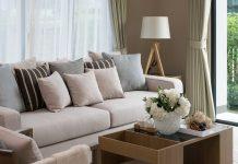Wohnzimmer mit einer Stehlampe als Blickfang