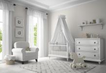 Babybett im Kinderzimmer