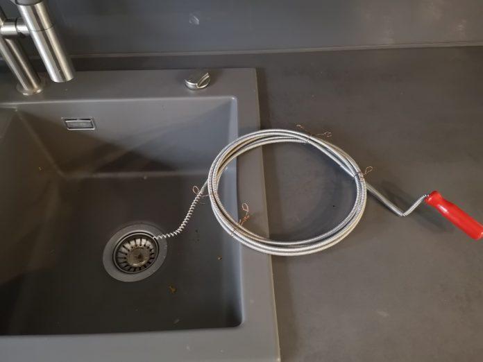 Rohrreinigungsspirale beim Küchenabfluss