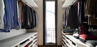 Ein Ankleidungszimmer mit offen gehaltenen Schränken