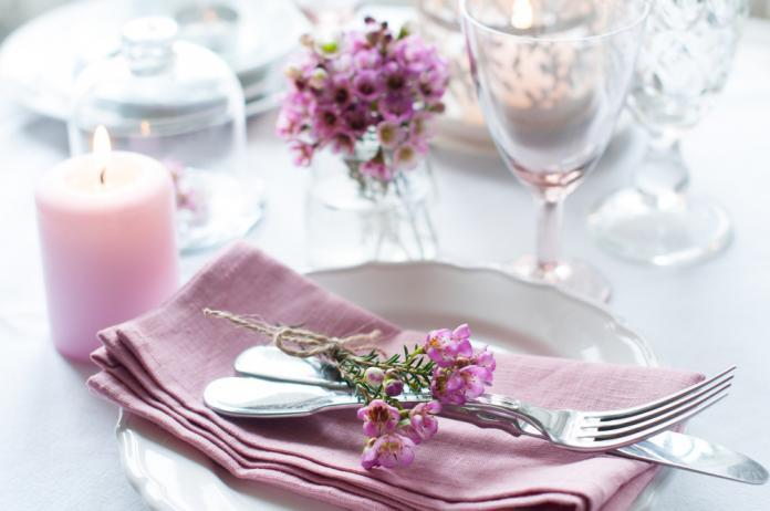 Ideen zur Hochzeits Tischdekoration in dem Farbton Rose in Kombination mit anderen Farbtönen
