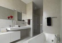 Fensterloses Badezimmer brauch nach DIN einen Entlüfter (adpePhoto/shutterstock.com)